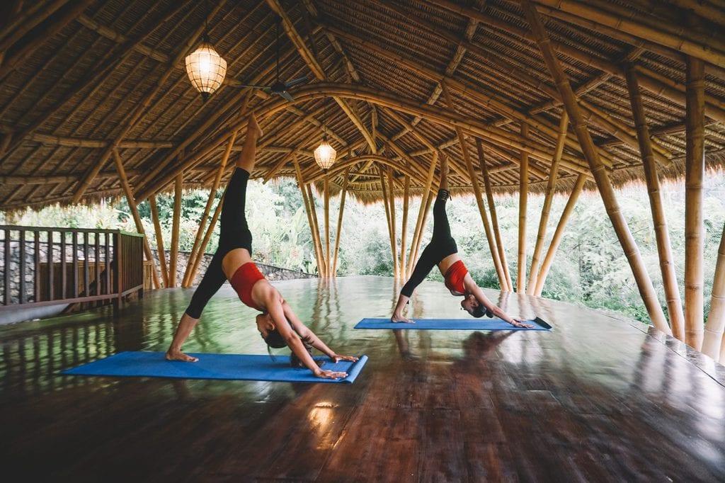 ممارسة اليوجا في بالي، إندونيسيا